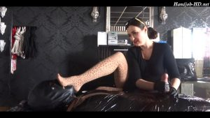 Cheesy pantyhose foot smelling handjob – Lady Victoria Valente