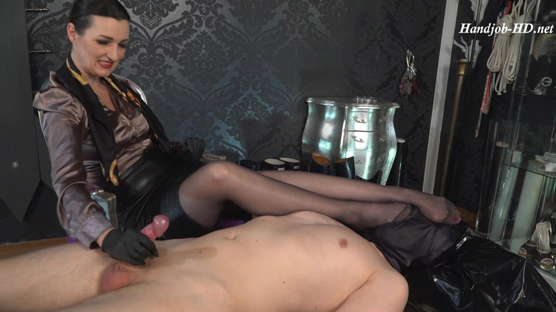 Horny cumshot with extreme stinky feet on the nose – Lady Victoria Valente