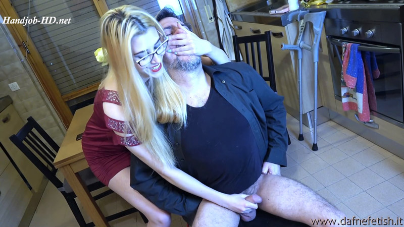 Laura gives an handjob with household gloves (breah control) – Dafnefetish